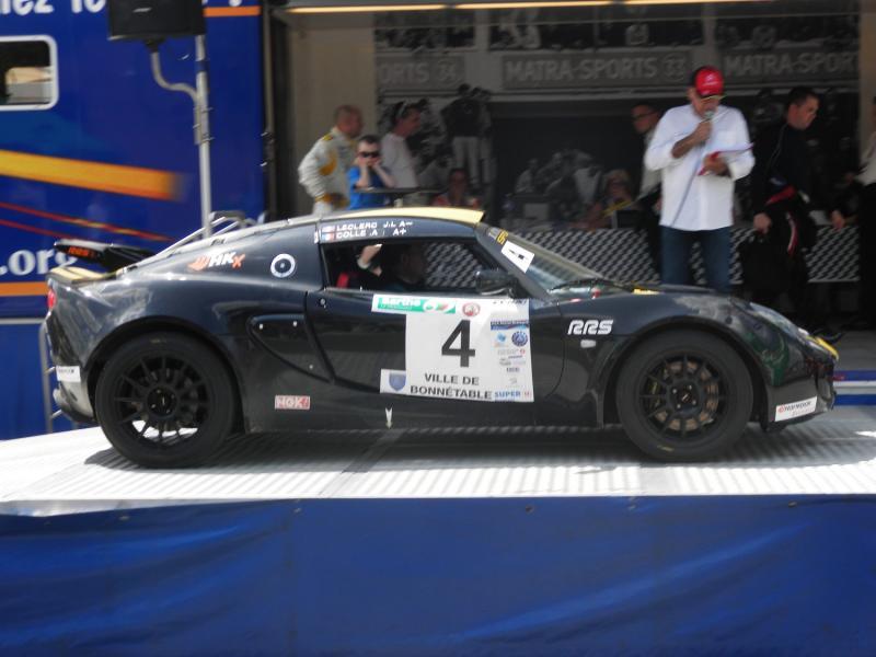 Une Lotus au départ, voiture rare de nos jours en rallye