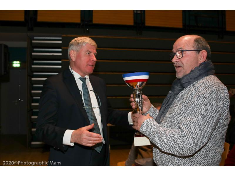 Jean-Pierre VOGEL notre sénateur remet un Trophée à Jean-Marc MASSE au profit de son fils Martin pour sa saison en Rallycross Super 1600
