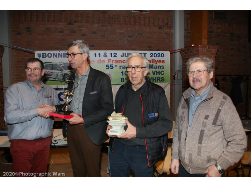 Jacques MELIS remet le Trophée Claude ESSAYAN à Marc ESNAULT