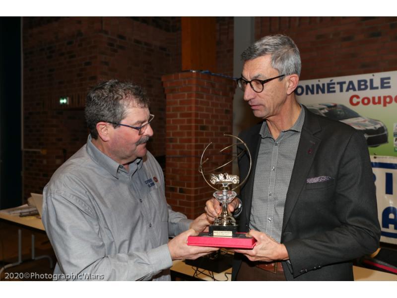 Jacques PILON remet le Trophée André CADIOUX à Jean-Paul BOUVET